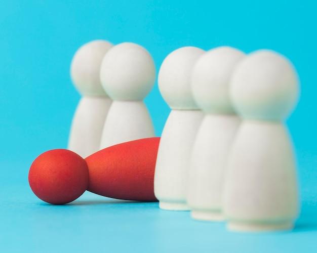Peão vermelho caído ao lado do arranjo dos brancos