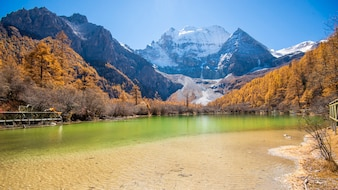 Pearl Lake com a montanha da neve na reserva natural yading, Sichuan, China.