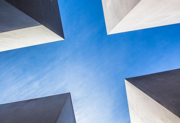 Peça arquitetônica brilhante filmada de um ângulo baixo