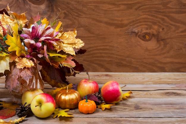 Peça central da mesa de ação de graças com buquê de folhas de outono