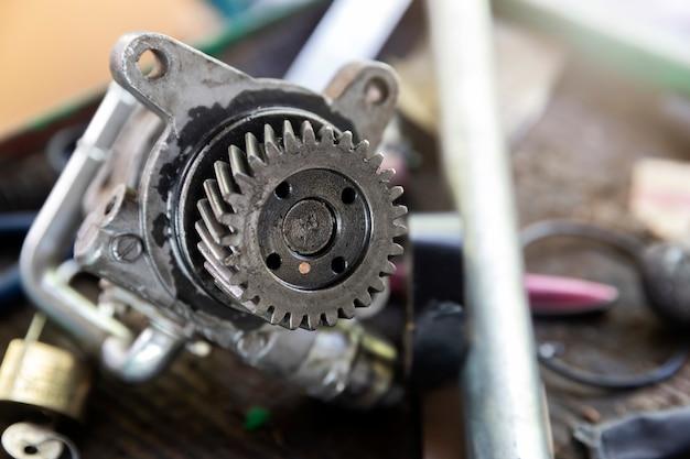 Peça da engrenagem do carro na bandeja na garagem do reparo do carro.
