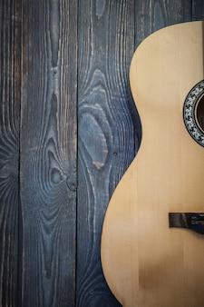 Peça da guitarra acústica no fundo de placas texturizadas.