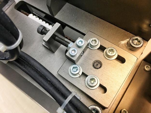 Peça de fixação com braçadeira para trabalho na fábrica
