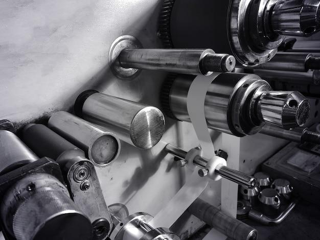 Peça de metal. engrenagens no motor de um carro. conceito - criação de peças para máquinas de produção. caixa de engrenagens mecânica. conceito - close-up de peças de automóveis. fabricação de motores de automóveis. close-up do motor.