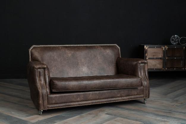 Peça de mobiliário de couro no quarto escuro