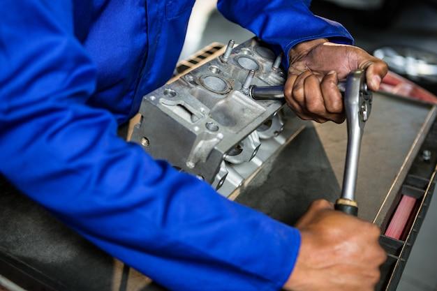 Peça do motor mecânico com catraca na garagem de reparação