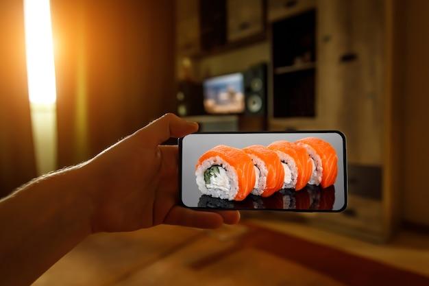 Peça o conjunto de sushi da filadélfia. usando o aplicativo do celular em casa.