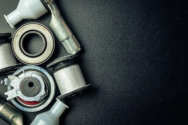 Peça sobressalente de motor de carro de metal em fundo preto, espaço de cópia