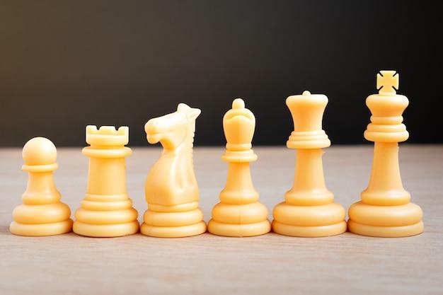 Peças brancas de xadrez dispostas linearmente