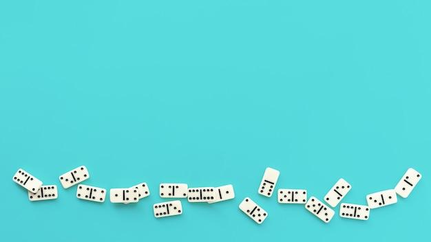 Peças de dominó em fundo azul claro
