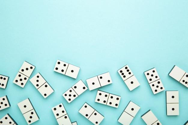 Peças de dominó na superfície azul com espaço de cópia