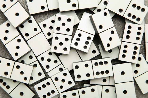 Peças de dominó na superfície cinza
