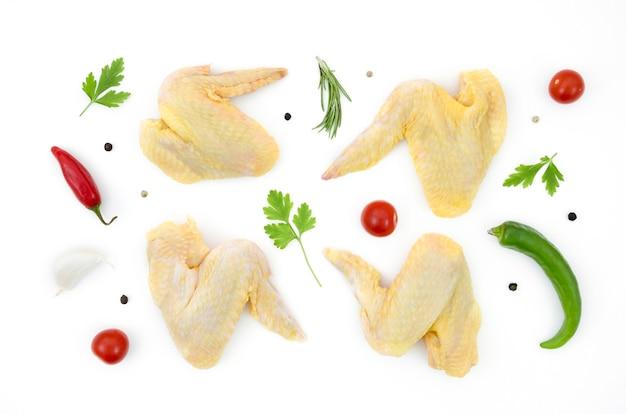 Peças de frango cru com ingredientes diferentes