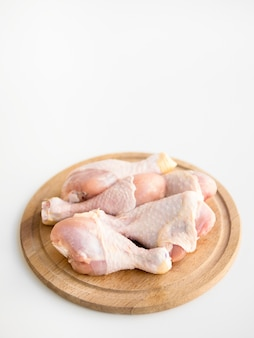 Peças de frango cru em uma bandeja
