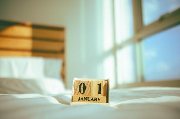 Peças de madeira com tex janeiro no conceito de ano novo