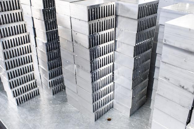 Peças de metal de alumínio cortadas em cima da mesa
