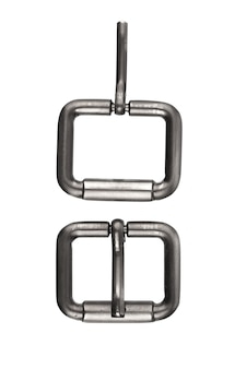Peças de metal para correias isoladas em um fundo branco
