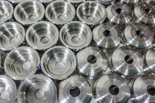 Peças de metal usinadas em um torno