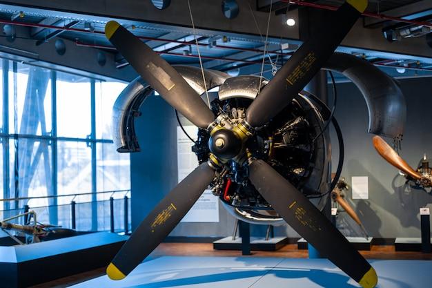 Peças de motores de aeronaves no museu da história da aviação.