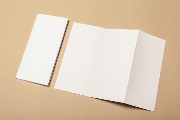 Peças de papel em branco de brochura