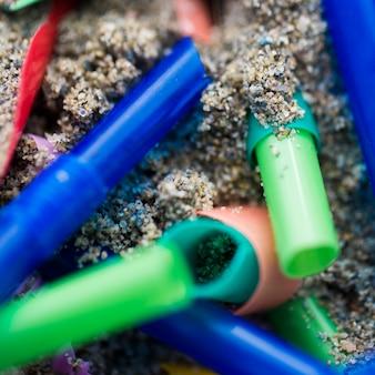 Peças de plástico jogadas à beira-mar