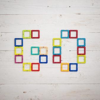 Peças de plástico multicoloridas de um construtor magnético na forma da palavra go