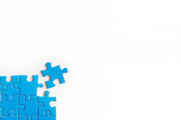 Peças de quebra-cabeça azul sobre fundo branco