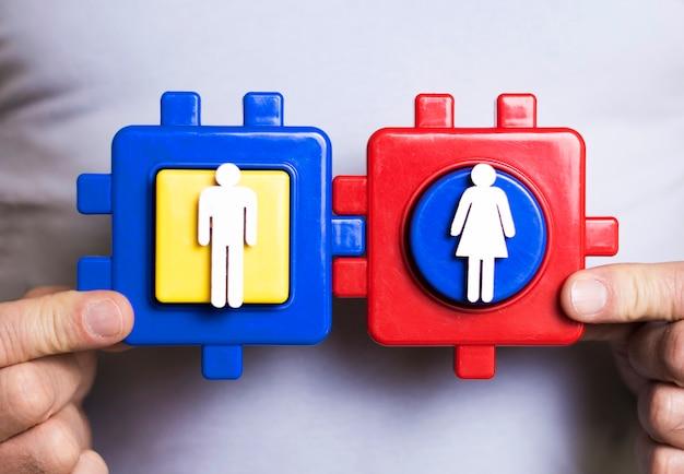 Peças de quebra-cabeça com personagens de homem e mulher