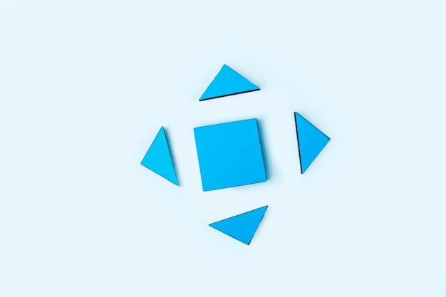 Peças de quebra-cabeça de madeira azul. pensamento lógico do trabalho em equipe. conceito de soluções, missão, sucesso, objetivos, cooperação e parceria. copie o espaço para o texto.