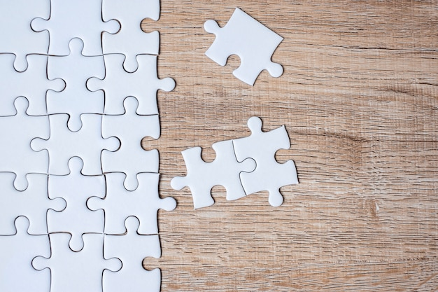 Peças de quebra-cabeça na mesa de madeira. soluções de negócios, objetivo da missão