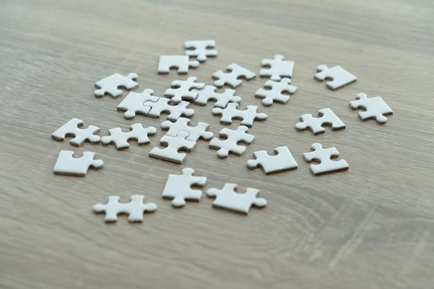 Peças de quebra-cabeça na mesa de madeira