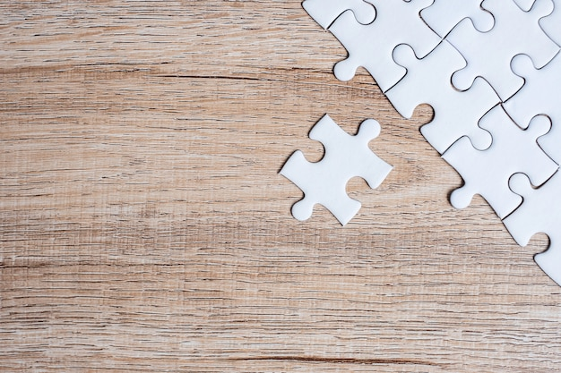 Peças de quebra-cabeça no fundo da mesa de madeira