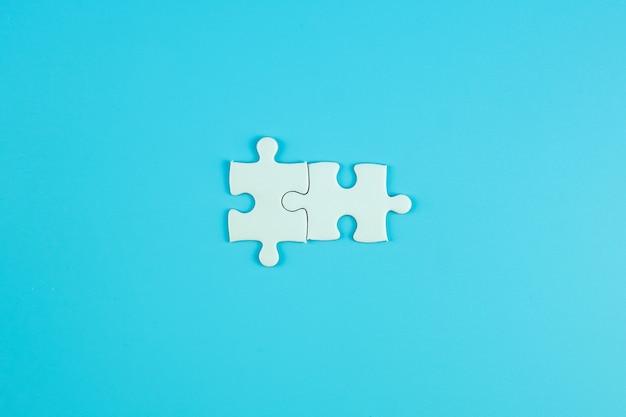 Peças de quebra-cabeças frequentemente com espaço para texto. soluções, missão, sucesso, objetivos, cooperação, parceria e conceito de estratégia