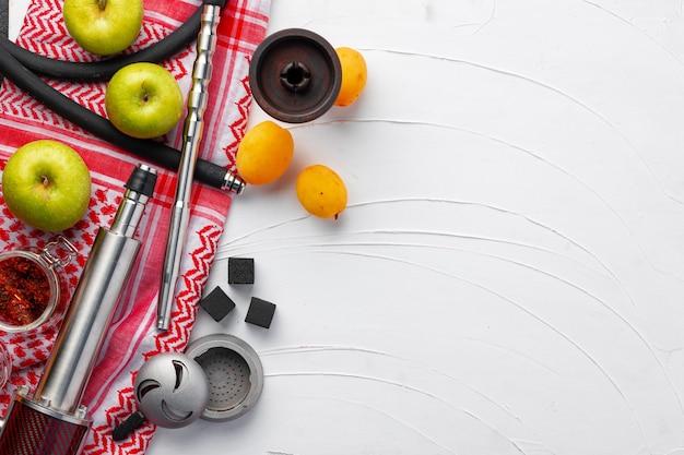 Peças de shisha e frutas frescas de perto