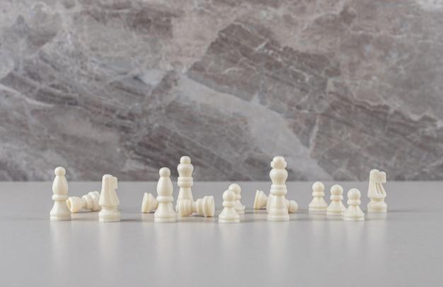 Peças de xadrez brancas exibidas em mármore