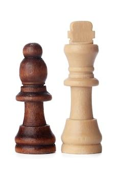 Peças de xadrez de madeira brancas e marrons em fundo branco