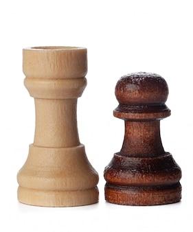 Peças de xadrez de madeira brancas e marrons no branco