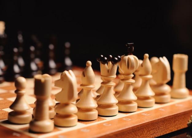 Peças de xadrez de madeira com mesa de xadrez