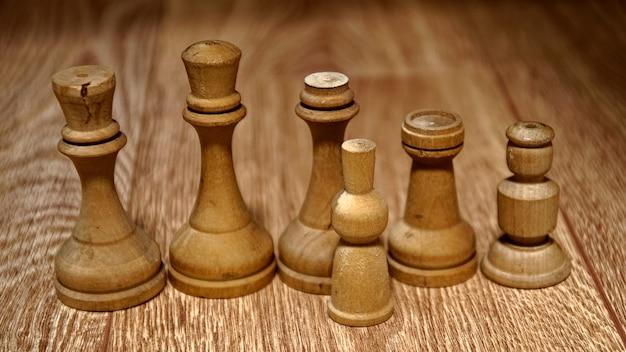 Peças de xadrez de madeira em uma mesa de madeira