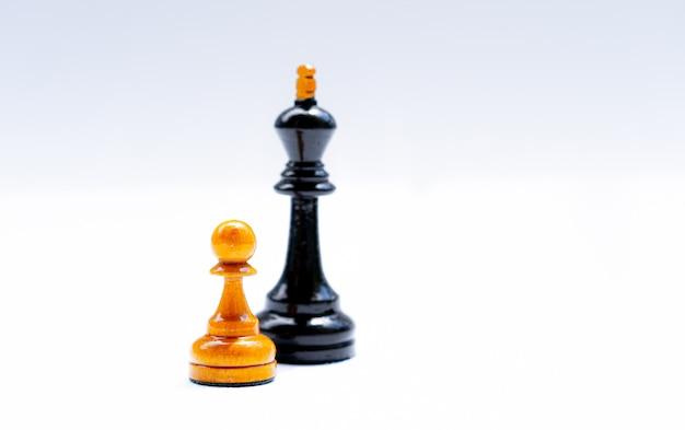 Peças de xadrez de um rei e peões em um branco
