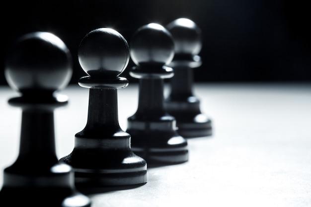 Peças de xadrez em um preto