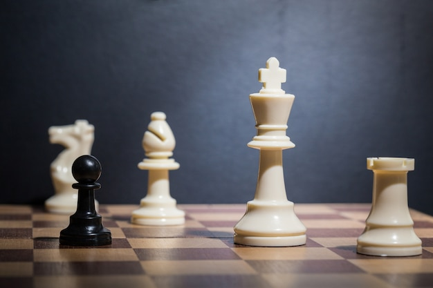 Peças de xadrez em um tabuleiro de xadrez