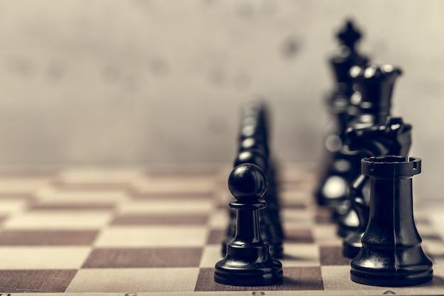 Peças de xadrez na placa em foco seletivo borrão