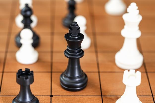 Peças de xadrez no tabuleiro de xadrez de madeira