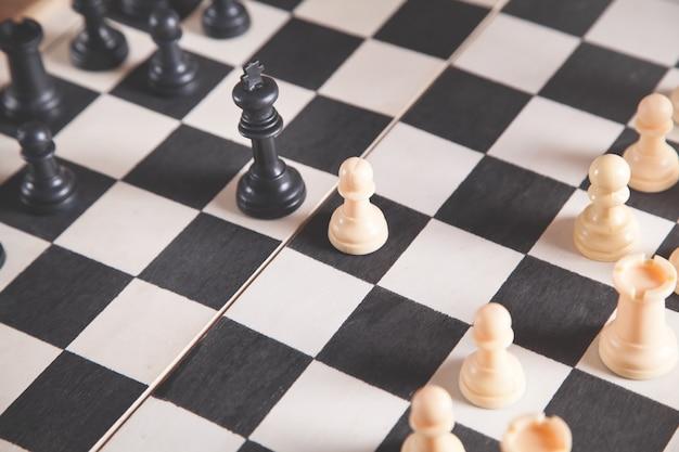 Peças de xadrez no tabuleiro de xadrez. jogo de xadrez