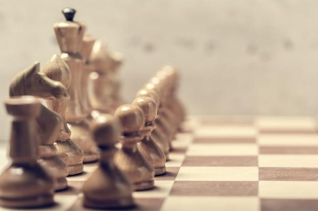 Peças de xadrez no tabuleiro em desfoque foco seletivo