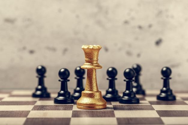Peças de xadrez no tabuleiro em foco seletivo de desfoque