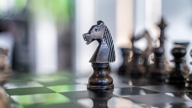 Peças de xadrez para o jogo vencedor do xeque-mate