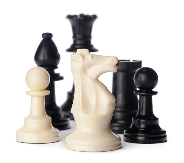 Peças de xadrez preto e branco em fundo branco