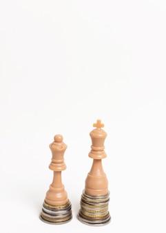 Peças de xadrez rei e rainha conceito de desigualdade vista frontal